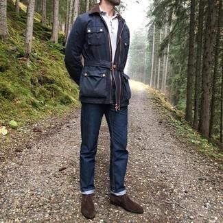 Comment porter un jean bleu marine: Pense à opter pour une veste à col et boutons bleu marine et un jean bleu marine pour une tenue confortable aussi composée avec goût. Cette tenue est parfait avec une paire de bottines chukka en daim marron foncé.