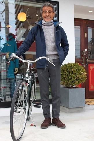 Comment porter: veste à col et boutons bleu marine, pull à col roulé en laine gris, pantalon de costume en laine gris foncé, bottines chukka en daim marron foncé