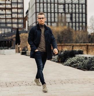 Comment porter: veste à col et boutons bleu marine, pull à col roulé marron foncé, jean bleu marine, bottines chukka en daim olive