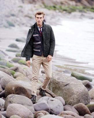 Comment porter: veste à col et boutons matelassée gris foncé, cardigan à col châle en jacquard bleu marine, chemise à manches longues blanche, pantalon chino beige