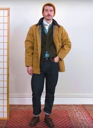 Comment porter un cardigan olive quand il fait frais: Pour une tenue de tous les jours pleine de caractère et de personnalité pense à opter pour un cardigan olive et un jean bleu marine. Une paire de des bottines chukka en cuir marron foncé est une option avisé pour complèter cette tenue.