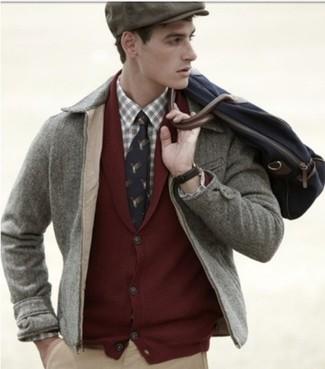 Comment porter: veste à col et boutons grise, cardigan à col châle bordeaux, chemise à manches longues écossaise beige, pantalon chino marron clair