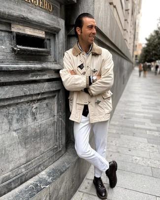 Comment porter une veste à col et boutons beige: Essaie de marier une veste à col et boutons beige avec un jean blanc pour une tenue idéale le week-end. D'une humeur audacieuse? Complète ta tenue avec une paire de chaussures brogues en cuir marron foncé.