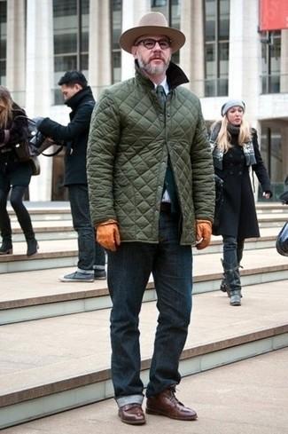Comment porter: veste à col et boutons matelassée olive, cardigan vert foncé, chemise de ville blanche, jean bleu marine