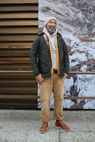 Comment porter: veste à col et boutons olive, cardigan jaune, sweat à capuche gris, jean marron clair