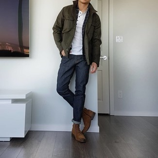 Comment porter des bottes de loisirs en daim marron: Choisis une veste à col et boutons olive et un jean bleu marine pour un look de tous les jours facile à porter. Fais d'une paire de bottes de loisirs en daim marron ton choix de souliers pour afficher ton expertise vestimentaire.