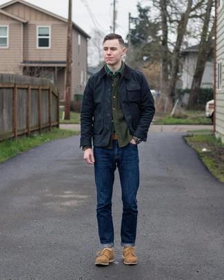 Comment porter une veste à col et boutons noire: Marie une veste à col et boutons noire avec un jean bleu marine pour obtenir un look relax mais stylé. Termine ce look avec une paire de chaussures derby en daim marron clair pour afficher ton expertise vestimentaire.
