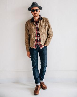 Tenue: Veste à col et boutons marron clair, Chemise à manches longues écossaise blanc et rouge et bleu marine, Jean bleu marine, Bottes de loisirs en cuir marron
