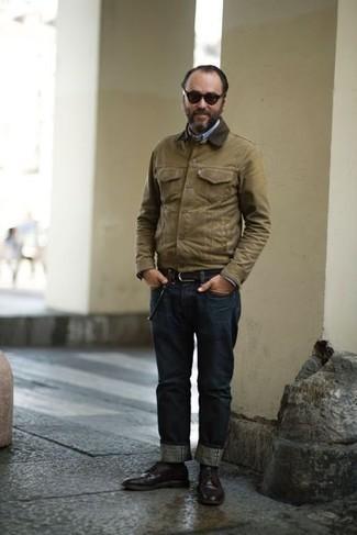Comment porter une chemise à manches longues bleu clair: Pour une tenue de tous les jours pleine de caractère et de personnalité pense à associer une chemise à manches longues bleu clair avec un jean bleu marine. Apportez une touche d'élégance à votre tenue avec une paire de des chaussures derby en cuir marron foncé.