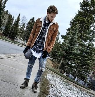 Tenue: Veste à col et boutons en daim marron, Chemise à manches longues écossaise bleu marine, T-shirt à col rond blanc, Jean skinny déchiré bleu