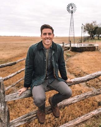 Comment porter: veste à col et boutons noire, chemise à manches longues à carreaux gris foncé, t-shirt à col rond olive, jean skinny gris