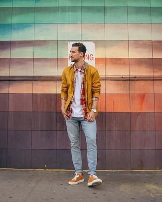 Comment porter: veste à col et boutons moutarde, chemise à manches longues écossaise rouge, t-shirt à col rond blanc, jean bleu clair