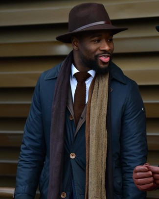 Comment porter: veste à col et boutons bleu marine, chemise de ville blanche, chapeau en laine marron foncé, cravate en tricot marron foncé