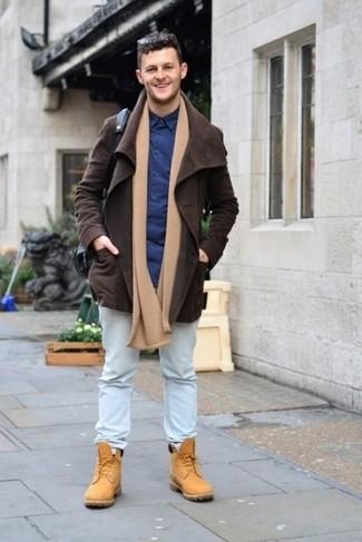Comment porter: veste à col et boutons en daim marron foncé, chemise de ville bleu marine, jean bleu clair, bottes de travail en daim marron clair