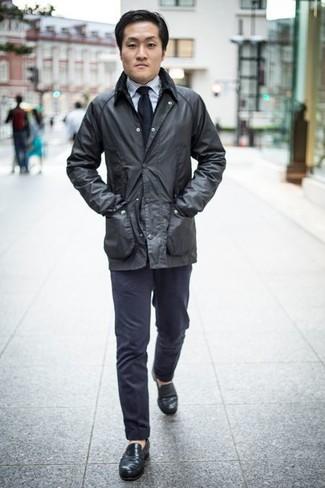Comment porter des slippers en cuir noirs: Porte une veste à col et boutons noire et un pantalon chino bleu marine pour affronter sans effort les défis que la journée te réserve. D'une humeur créatrice? Assortis ta tenue avec une paire de des slippers en cuir noirs.