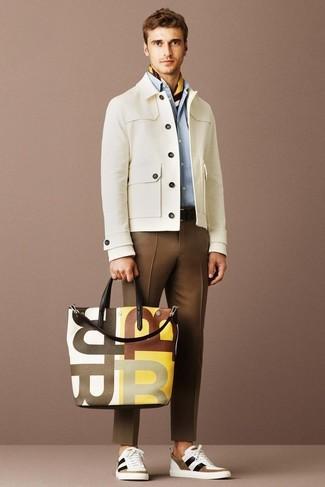 Comment porter une veste à col et boutons beige: Associe une veste à col et boutons beige avec un pantalon de costume marron pour un look classique et élégant. Tu veux y aller doucement avec les chaussures? Assortis cette tenue avec une paire de des baskets basses blanc et marron pour la journée.