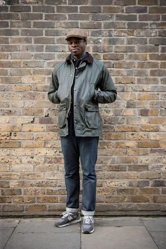 Comment porter une veste à col et boutons vert foncé avec un jean bleu marine: Harmonise une veste à col et boutons vert foncé avec un jean bleu marine pour une tenue confortable aussi composée avec goût. Si tu veux éviter un look trop formel, complète cet ensemble avec une paire de des chaussures de sport grises.