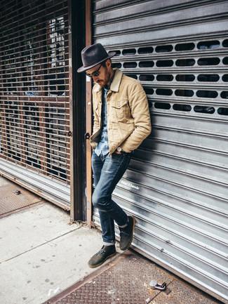 Comment porter une veste à col et boutons beige: Choisis une veste à col et boutons beige et un jean skinny bleu marine pour une tenue confortable aussi composée avec goût. Une paire de des bottines chukka en daim olive ajoutera de l'élégance à un look simple.