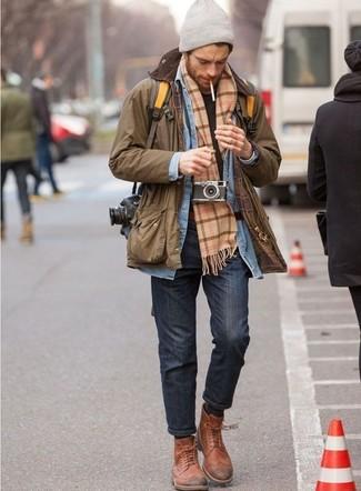 Comment porter une écharpe écossaise marron clair: Pense à porter une veste à col et boutons marron et une écharpe écossaise marron clair pour un look idéal le week-end. Complète cet ensemble avec une paire de des bottes brogue en cuir tabac pour afficher ton expertise vestimentaire.