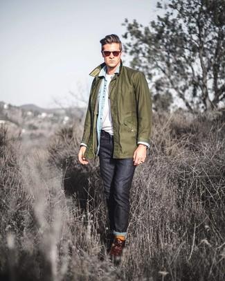 Comment porter: veste à col et boutons olive, chemise en jean bleu clair, t-shirt à col rond blanc, jean noir