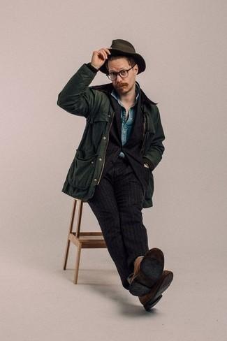 Tenue: Veste à col et boutons vert foncé, Costume à rayures verticales noir, Chemise à manches courtes en chambray bleue, Bottines chukka en daim marron