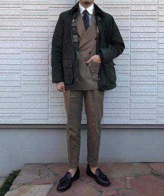 Tendances mode hommes: Essaie d'harmoniser une veste à col et boutons vert foncé avec un costume marron clair pour un look pointu et élégant. Termine ce look avec une paire de mocassins à pampilles en cuir noirs.