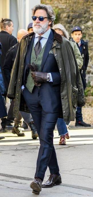 Comment porter: veste à col et boutons olive, costume bleu marine, gilet en laine vert foncé, chemise de ville à rayures verticales bleu clair