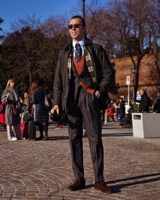 Comment porter un gilet orange: Pense à porter un gilet orange et une veste à col et boutons noire pour un look classique et élégant. Termine ce look avec une paire de chaussures richelieu en daim marron foncé pour afficher ton expertise vestimentaire.