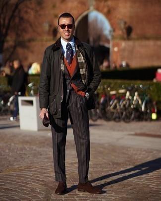 Comment porter un gilet orange: Essaie d'harmoniser un gilet orange avec une veste à col et boutons vert foncé pour une silhouette classique et raffinée. Opte pour une paire de chaussures richelieu en daim marron foncé pour afficher ton expertise vestimentaire.