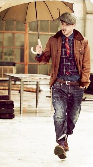 Comment porter: veste à col et boutons en cuir marron, gilet écossais pourpre, chemise à manches longues gris foncé, jean noir