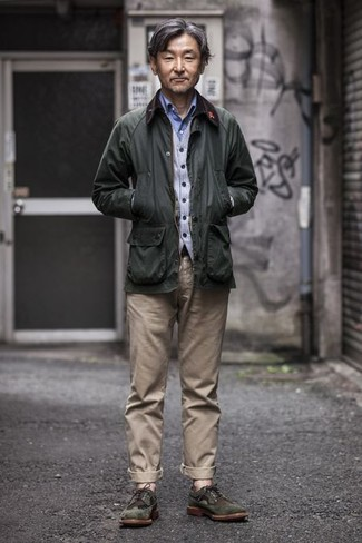 Comment porter un pantalon chino beige: Pour une tenue de tous les jours pleine de caractère et de personnalité harmonise une veste à col et boutons vert foncé avec un pantalon chino beige. Jouez la carte classique pour les chaussures et fais d'une paire de des chaussures brogues en daim vert foncé ton choix de souliers.