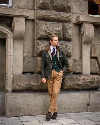 Comment porter une cravate à rayures horizontales multicolore: Choisis une veste à col et boutons vert foncé et une cravate à rayures horizontales multicolore pour un look classique et élégant. Termine ce look avec une paire de chaussures brogues en daim marron foncé.