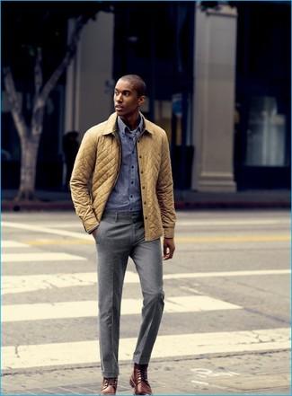 Comment porter: veste à col et boutons matelassée jaune, chemise à manches longues en vichy bleue, pantalon de costume gris, bottes habillées en cuir marron