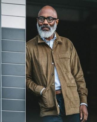 Comment porter: veste à col et boutons en daim marron, chemise à manches longues à rayures verticales bleu clair, jean bleu marine, ceinture en cuir marron