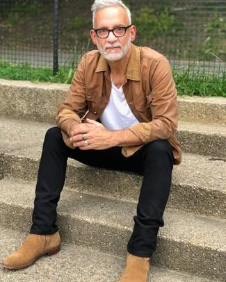 Comment porter un t-shirt à col en v blanc: Harmonise un t-shirt à col en v blanc avec un pantalon chino noir pour un déjeuner le dimanche entre amis. Jouez la carte classique pour les chaussures et termine ce look avec une paire de des bottines chelsea en daim marron clair.