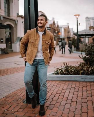 Comment porter: veste à col et boutons marron clair, t-shirt à col rond blanc, jean bleu clair, bottines chelsea en daim marron foncé