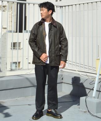 Comment porter un pantalon chino noir: Pour créer une tenue idéale pour un déjeuner entre amis le week-end, harmonise une veste à col et boutons marron foncé avec un pantalon chino noir. Jouez la carte classique pour les chaussures et choisis une paire de des chaussures derby en cuir noires.