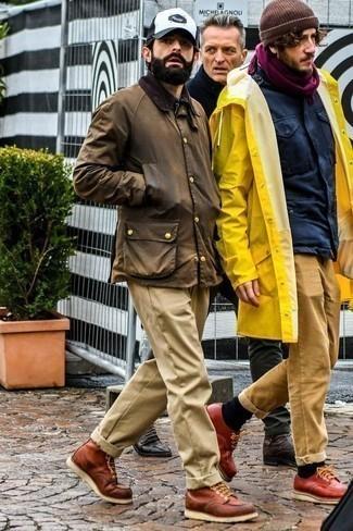 Comment porter un pantalon chino marron clair quand il fait chaud: Pense à harmoniser une veste à col et boutons marron avec un pantalon chino marron clair pour un déjeuner le dimanche entre amis. Ajoute une paire de des bottes de loisirs en cuir marron à ton look pour une amélioration instantanée de ton style.
