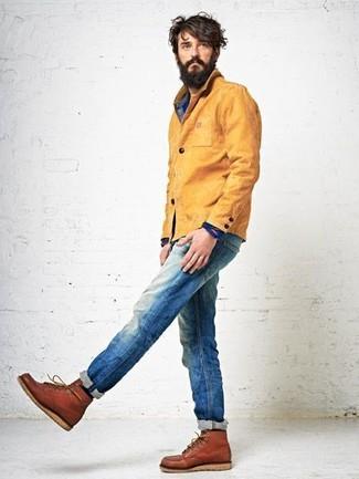Comment porter: veste à col et boutons moutarde, chemise en jean bleue, jean bleu, bottes de loisirs en cuir tabac