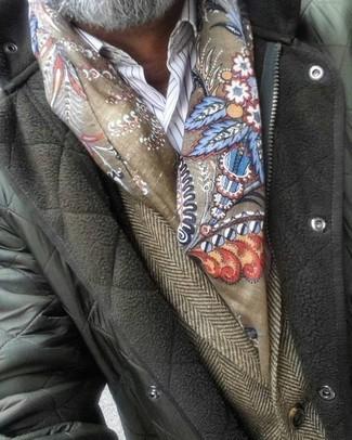 Comment porter: veste à col et boutons matelassée olive, blazer en laine à chevrons marron, chemise de ville à rayures verticales blanche, écharpe imprimée olive