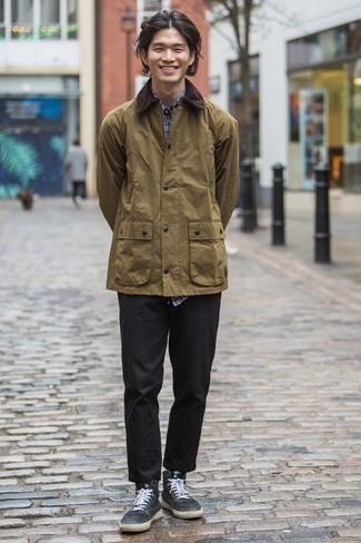 Comment porter une veste à col et boutons olive: Harmonise une veste à col et boutons olive avec un pantalon chino noir pour un look de tous les jours facile à porter. Si tu veux éviter un look trop formel, fais d'une paire de des baskets montantes en toile noires et blanches ton choix de souliers.