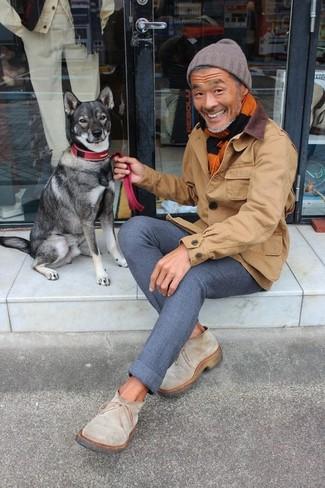Comment porter: veste à col et boutons marron, pantalon chino en laine bleu marine, bottines chelsea en daim beiges, bonnet marron