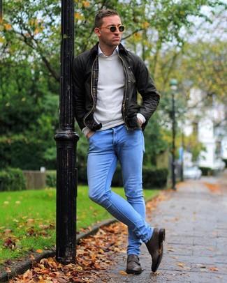 Comment porter: veste à col et boutons marron foncé, pull à col rond beige, chemise à manches longues blanche, jean skinny bleu clair