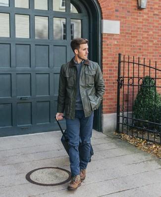 Comment porter: veste à col et boutons olive, pull à col rond bleu marine, chemise à manches longues écossaise bleue, pantalon chino bleu marine