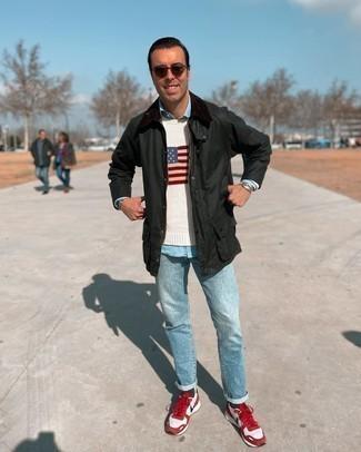 Comment s'habiller après 40 ans: Opte pour une veste à col et boutons vert foncé avec un jean bleu clair pour une tenue confortable aussi composée avec goût. Si tu veux éviter un look trop formel, choisis une paire de chaussures de sport rouge et blanc.