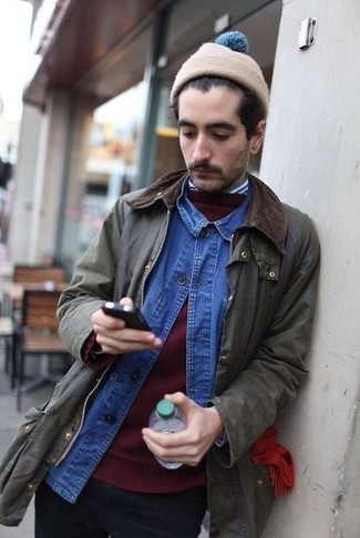 Comment porter: veste à col et boutons olive, pull à col rond bordeaux, chemise en jean bleue, chemise à manches longues à rayures verticales blanc et bleu marine