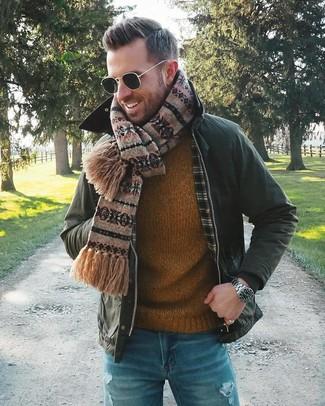 Comment porter: veste à col et boutons vert foncé, pull à col rond tabac, jean déchiré bleu, écharpe en jacquard marron