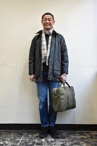 Comment porter une veste à col et boutons noire: Choisis une veste à col et boutons noire et un jean bleu pour obtenir un look relax mais stylé. Une paire de des bottes de loisirs en daim noires rendra élégant même le plus décontracté des looks.