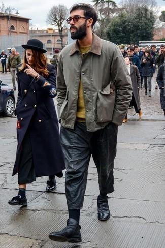 Comment porter un pull à col rond moutarde: Harmonise un pull à col rond moutarde avec un jean déchiré noir pour un look confortable et décontracté. Ajoute une paire de des bottines chelsea en cuir noires à ton look pour une amélioration instantanée de ton style.