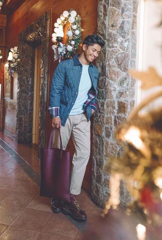 Comment porter: veste à col et boutons matelassée bleu marine, pull à col rond gris, pantalon chino beige, chaussures derby en cuir bordeaux